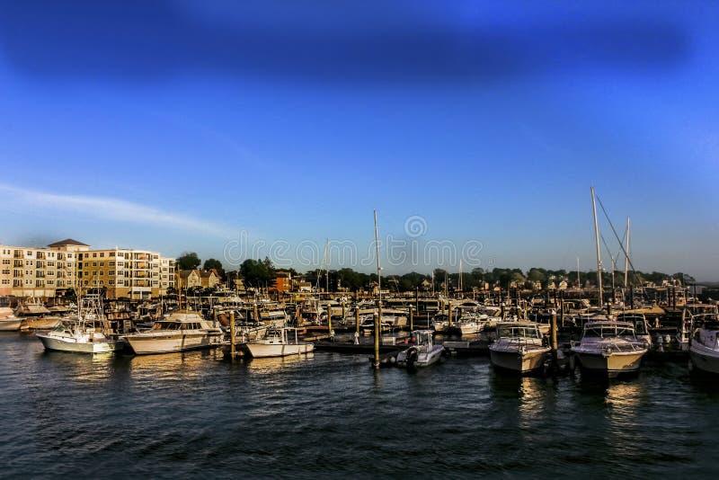 Der Jachthafen bei Revere, Massachusetts mit Wohnungen im Hintergrund lizenzfreies stockfoto