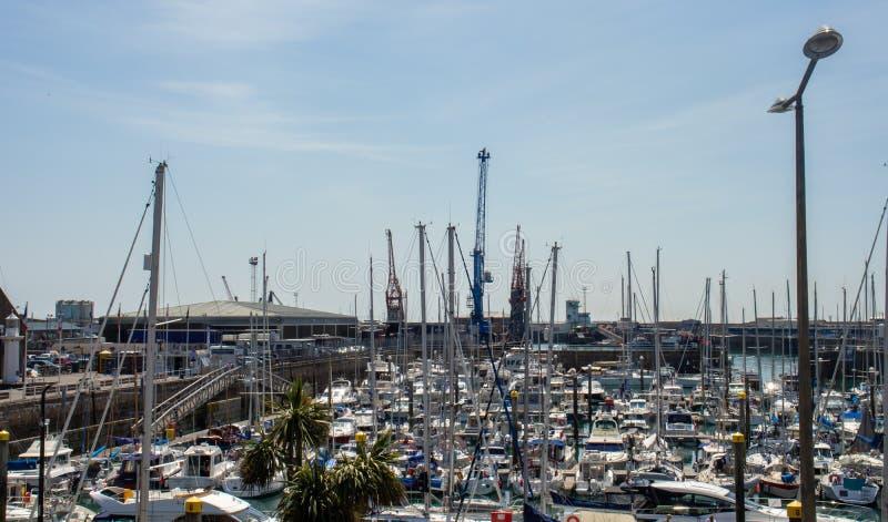 Der Jachthafen und der Hafen an St. Helier stockfotografie