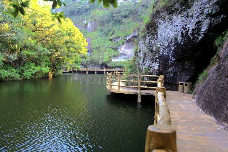 Der Jiulong See und die Bergblicke in Taining, Fujian, China lizenzfreie stockfotos