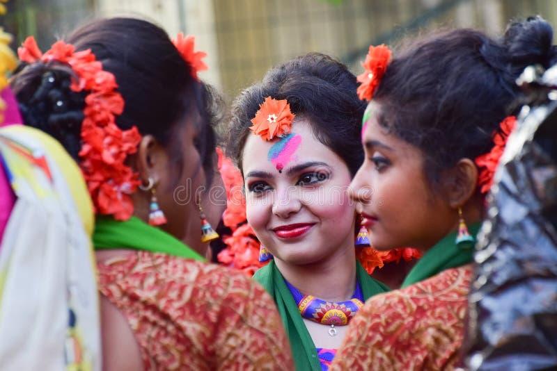 Der jouful Ausdruck des Tänzers des jungen Mädchens an Festival Holi (Frühling) in Kolkata lizenzfreie stockfotos