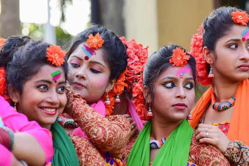 Der jouful Ausdruck des Tänzers des jungen Mädchens an Festival Holi (Frühling) in Kolkata stockfotos