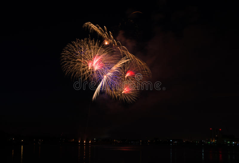 der Juli-Feuerwerk-Bildschirmanzeige lizenzfreie stockfotografie