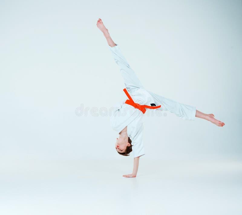 Der Junge, der am Aikidotraining in der Kampfkunstschule aufwirft Gesunder Lebensstil und Sportkonzept lizenzfreie stockfotos
