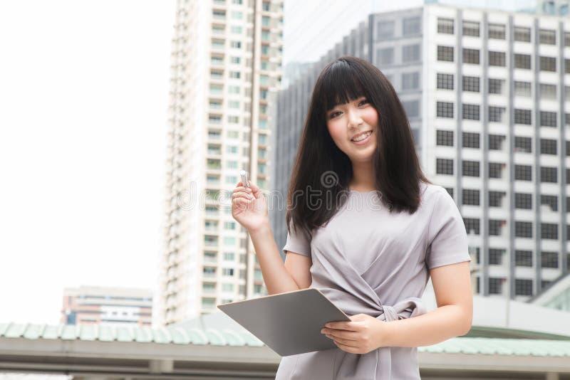 Der junge asiatische Schönheitsfrau Freizeitkleidungskleiderarbeitstag übertreffen lizenzfreie stockfotos