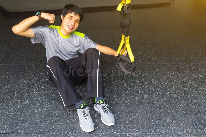 Der junge asiatische starke Mann, der Rettungsleine hält, ziehen Revolution getti hoch stockfotos