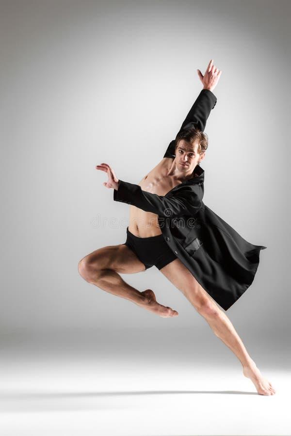 Der junge attraktive Tänzer des modernen Balletts auf Weiß lizenzfreies stockfoto