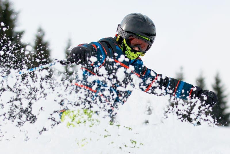 Der Junge auf dem Ski stockfoto