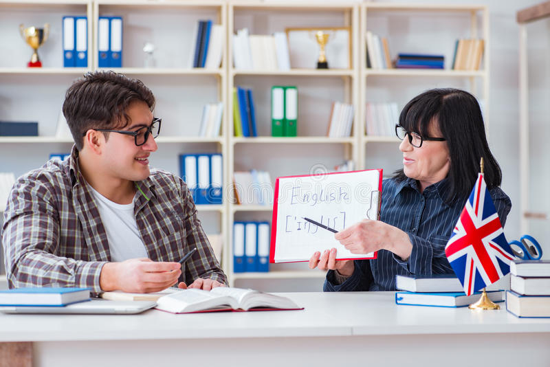 Der junge ausländische Student während des englischen Sprachkurses lizenzfreie stockfotografie