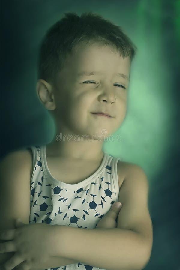 Der Junge blinkt ein Auge lizenzfreie stockfotos