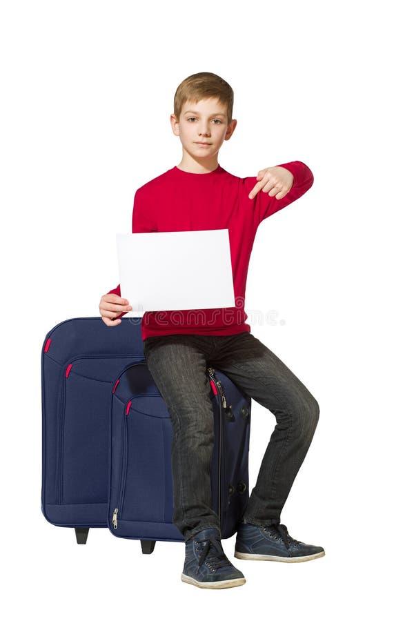 Der Junge, der auf Reise sitzt, sackt das Halten des leeren Blattes Papier ein stockfotos