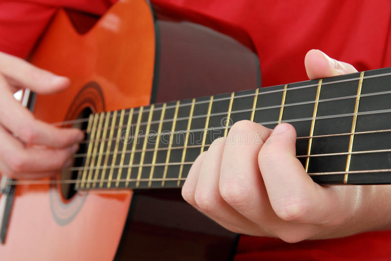 Der Junge, der die Gitarre spielt stockfotos