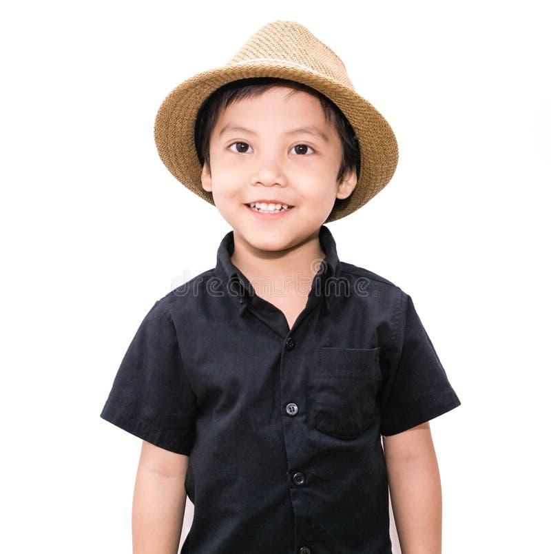 Der Junge in einem Strohhut lokalisiert stockfotografie