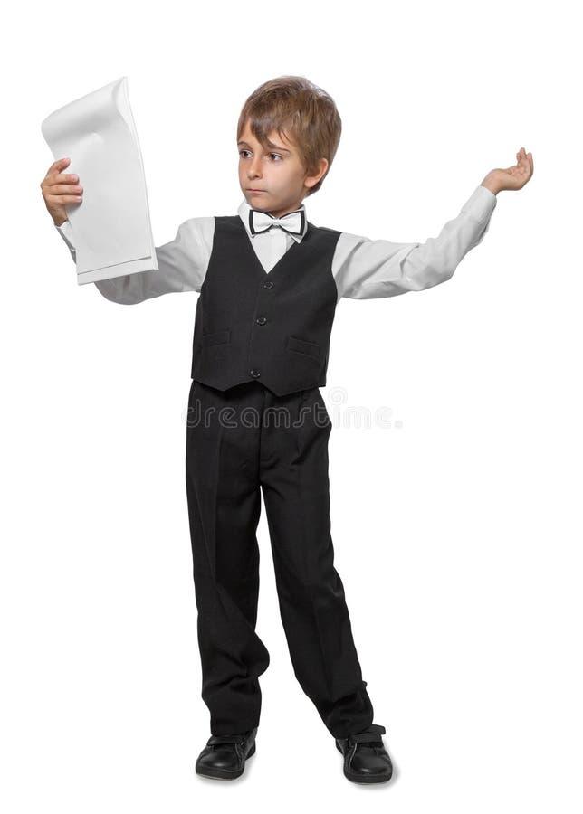 Der Junge in einer Jacke mit einer Fliege lizenzfreie stockfotos