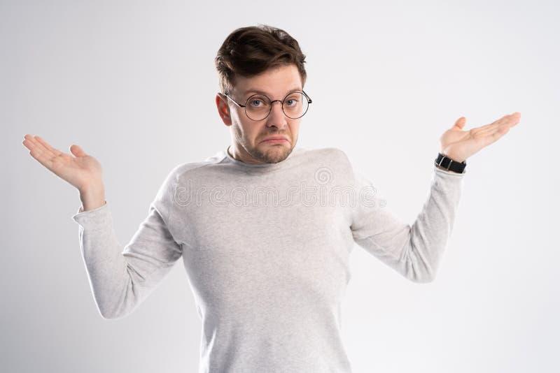 Der junge emotionale unvorsichtige Mann, der auf weißem Hintergrund mit Kopienraum für Text lokalisiert wurde, setzte seinen Kopf lizenzfreies stockfoto