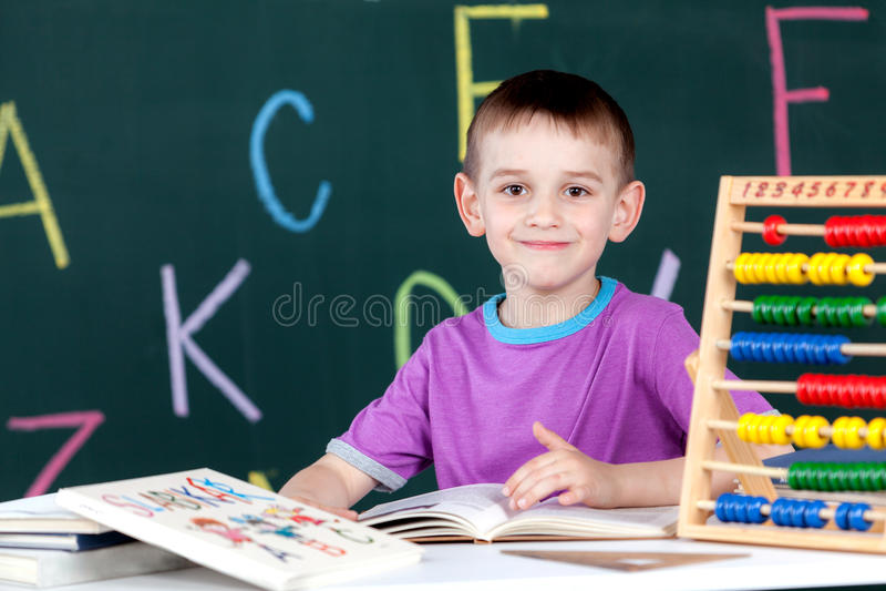 Der Junge geht zur ersten Klasse stockfotografie