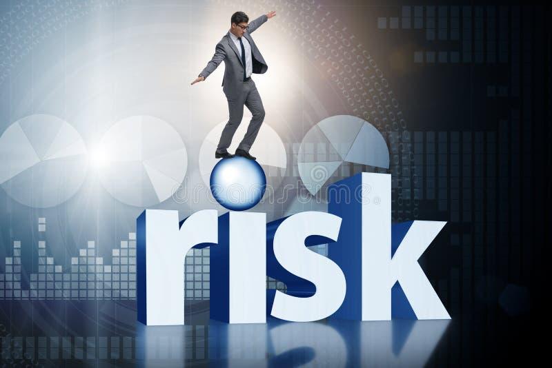 Der junge Geschäftsmann im Geschäftsrisiko und im Ungewissheitskonzept stock abbildung