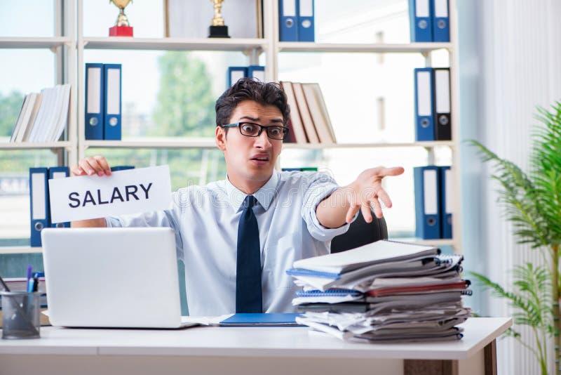 Der junge Geschäftsmann, der um Lohnerhöhung im Büro bittet lizenzfreie stockfotografie
