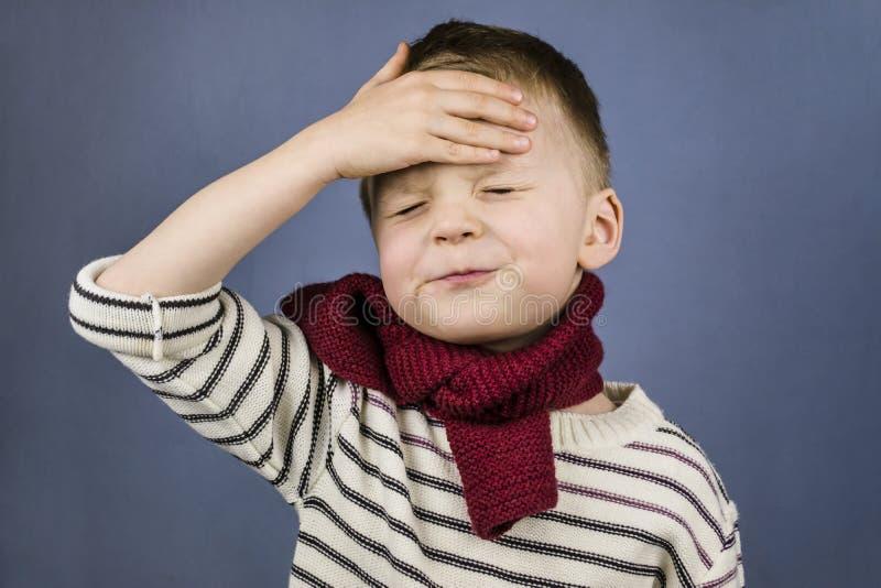 Der Junge hatte Kopfschmerzen stockbild