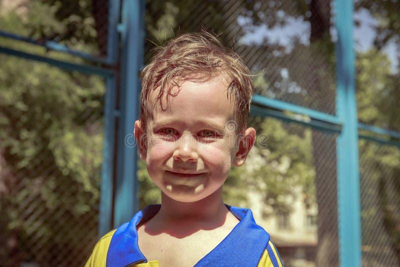 Der Junge im Sommer stockfotografie