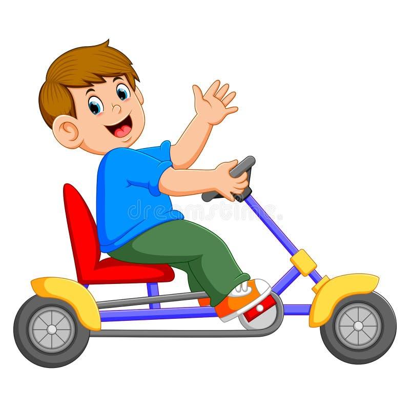 Der Junge ist, fahrend sitzend und auf das Dreirad stock abbildung