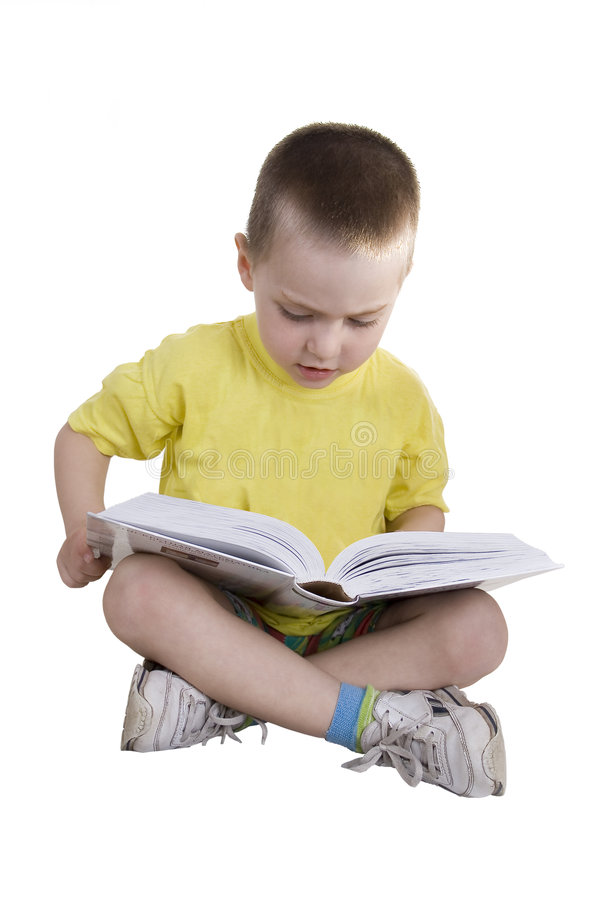 Der Junge liest das Buch lizenzfreie stockfotos