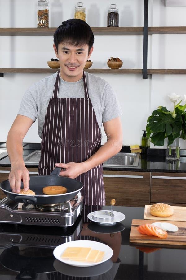 Der junge Mann bereitete die Bestandteile vor, um zu kochen stockfoto