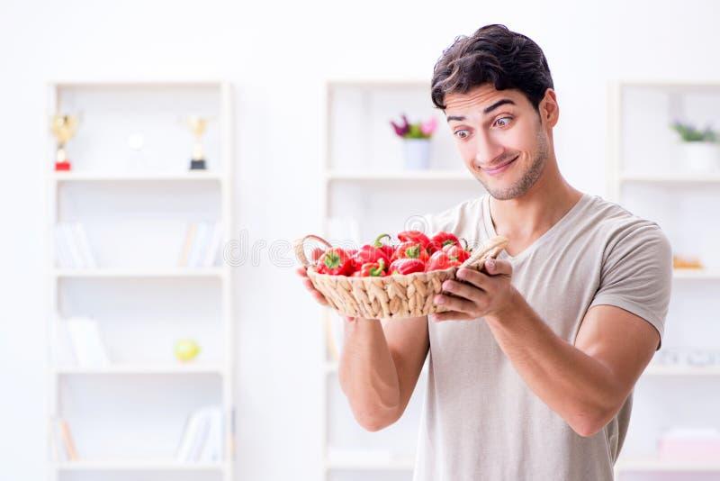 Der junge Mann in der gesunden Ernährung und in nährendem Konzept stockfotos