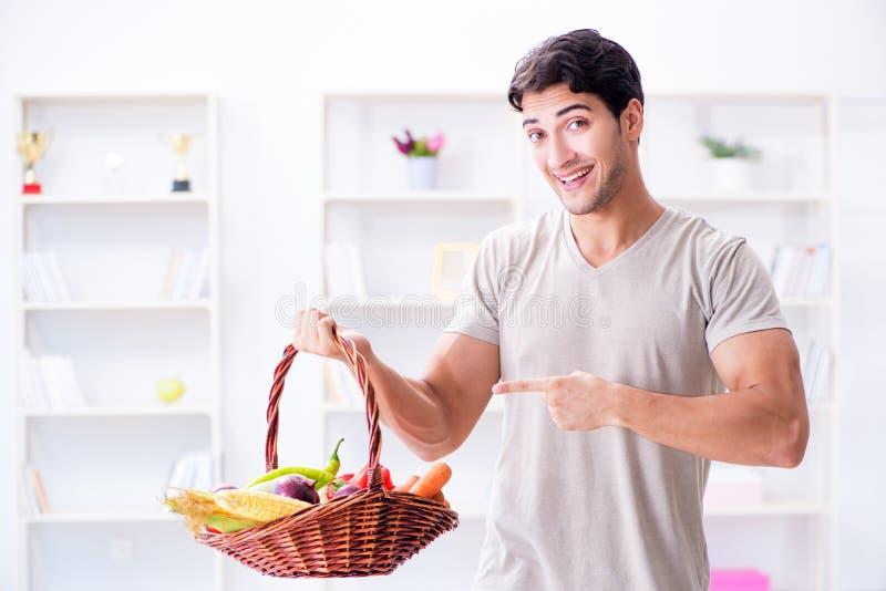 Der junge Mann in der gesunden Ernährung und in nährendem Konzept lizenzfreie stockfotos