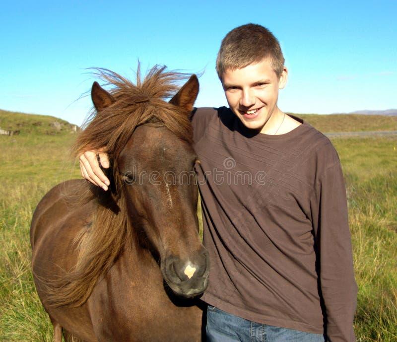 Der junge Mann und das Pferd 01 lizenzfreie stockfotos