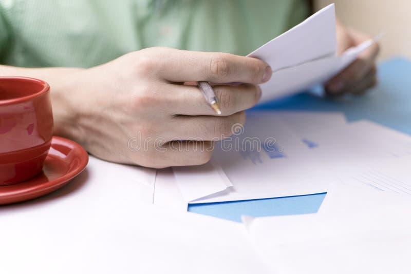Der junge Mann unterzeichnet die Briefe und die Pakete Das Konzept der Serviceauslieferung, die Post lizenzfreies stockfoto