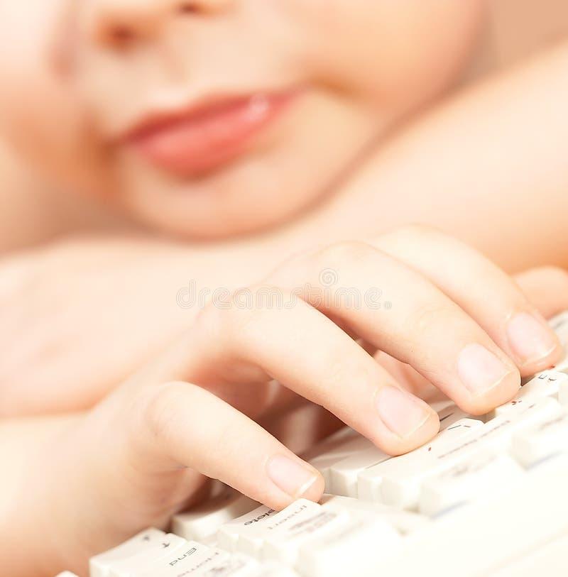 Der Junge mit der Tastatur. stockbilder