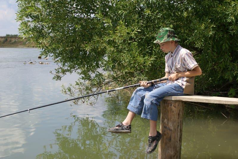 Der Junge mit einem Fischereigerät lizenzfreies stockbild