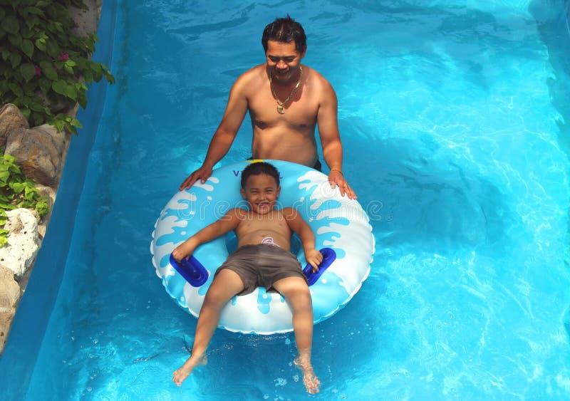 Der Junge schwimmt auf eine aufblasbare Matratze lizenzfreie stockfotos