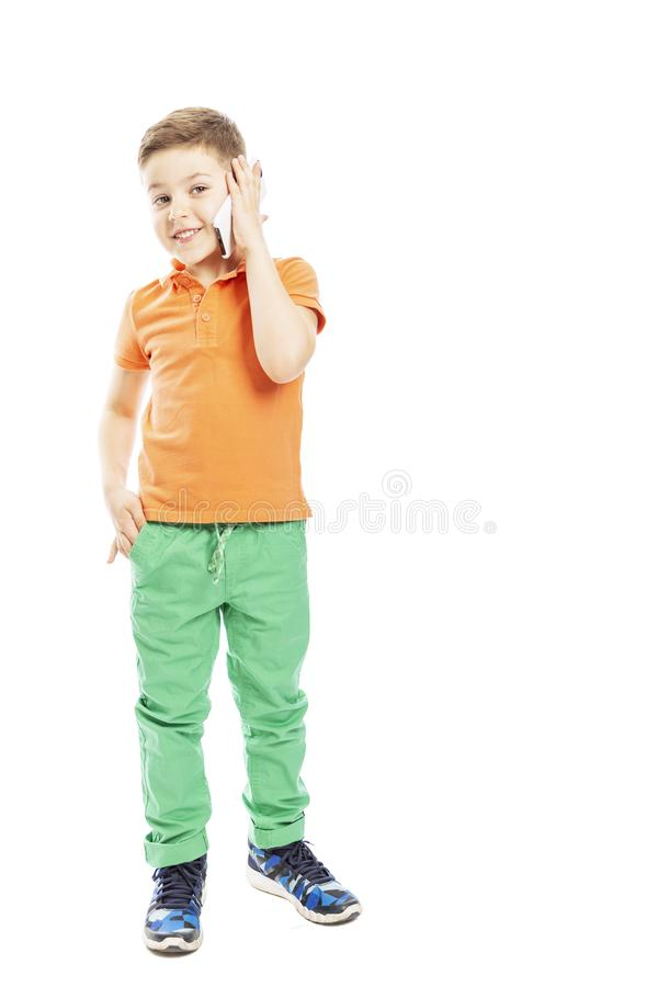 Der Junge spricht auf einem Smartphone, in voller Länge Freier Platz f?r Text vertikal Getrennt auf einem wei?en Hintergrund stockfotos