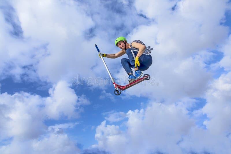 Der Junge springend am Rochenpark über einer Rampe lizenzfreie stockbilder