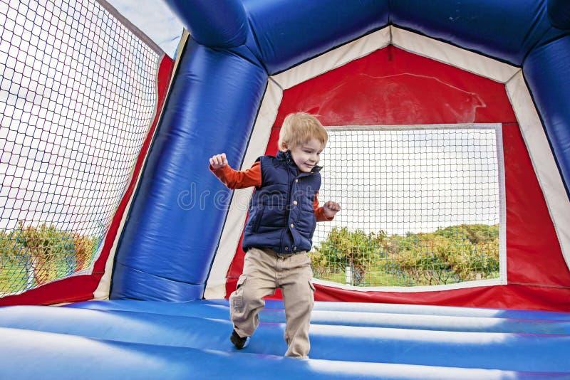 Der Junge springend in Schlaghaus lizenzfreies stockfoto