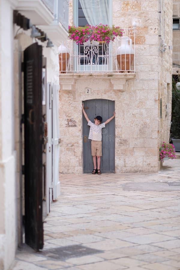 Der Junge steht in der Ausrichtung der Tür stockfotos