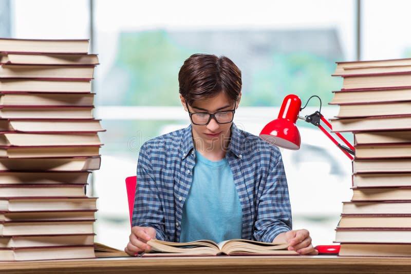 Der junge Student unter Druck vor Prüfungen lizenzfreie stockbilder