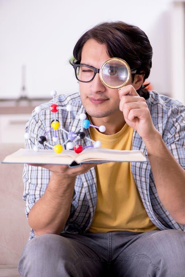 Der junge Studentenphysiker, der sich zu Hause für Prüfung vorbereitet lizenzfreie stockfotos