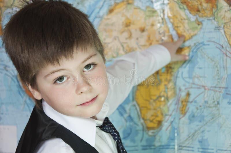 Der Junge studiert die Karte der Welt lizenzfreie stockfotos