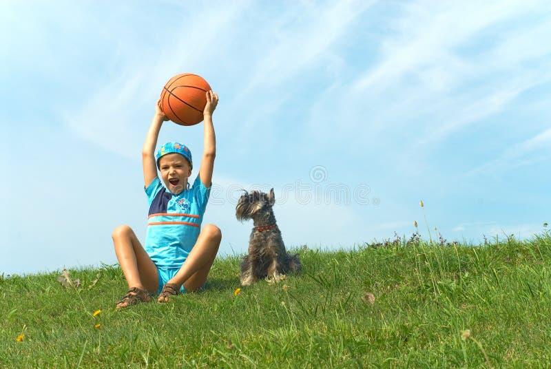 Der Junge und die Basketballkugel lizenzfreies stockbild