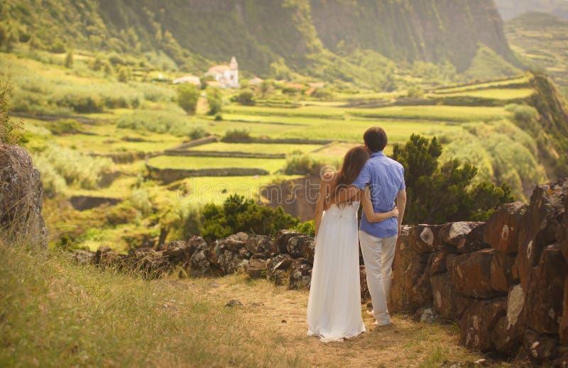 Der Junge verheiratete umarmende Paare eben im honneymoon auf Flores-Insel, Azoren lizenzfreies stockfoto