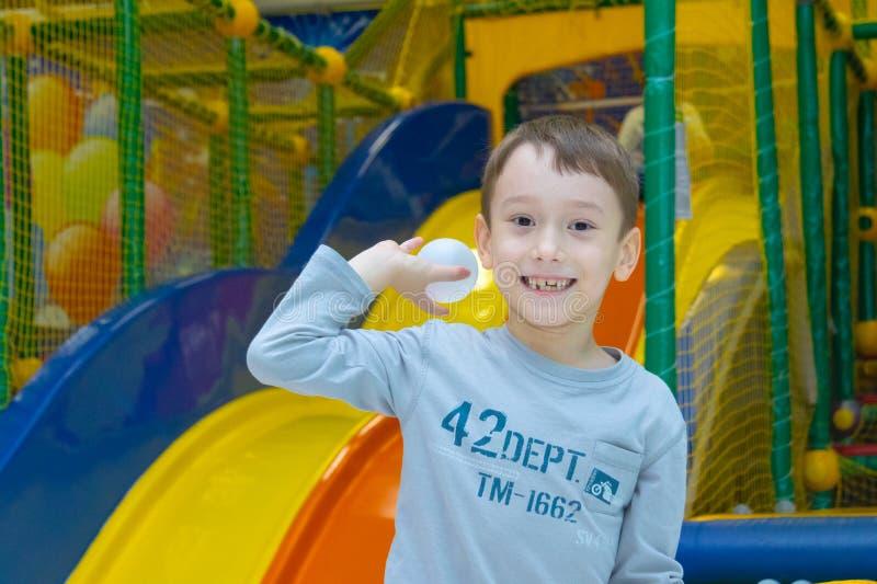 Der Junge wirft einen Plastikball in einem trockenen Pool eines Unterhaltungszentrums der Kinder Tscheboksary, Russland, 02/12/20 lizenzfreies stockbild