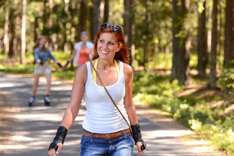 Der jungen Frau der Rollschuhlaufen Sommersport draußen stockbild