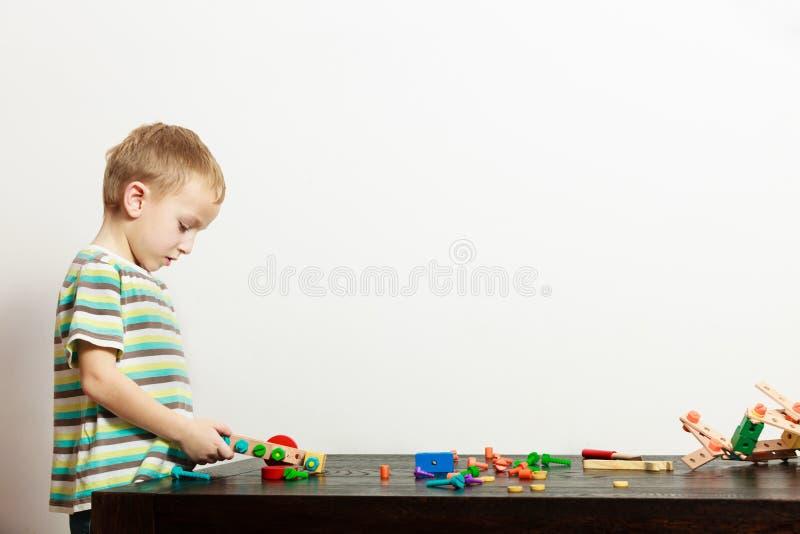 Der Jungenkinderkindervorschüler, der mit Bausteinen spielt, spielt Innenraum lizenzfreies stockbild
