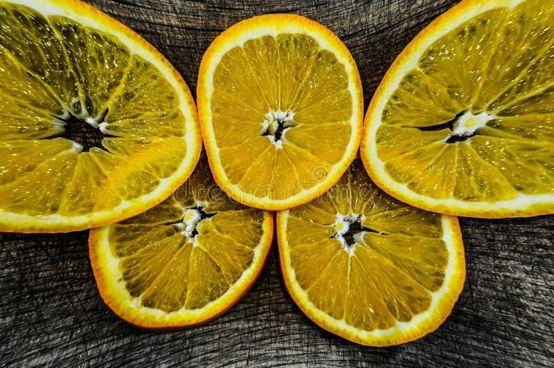 In der Küche verwöhnen, Orange, saftige orange Scheiben auf einem Schneidebrett lizenzfreies stockbild