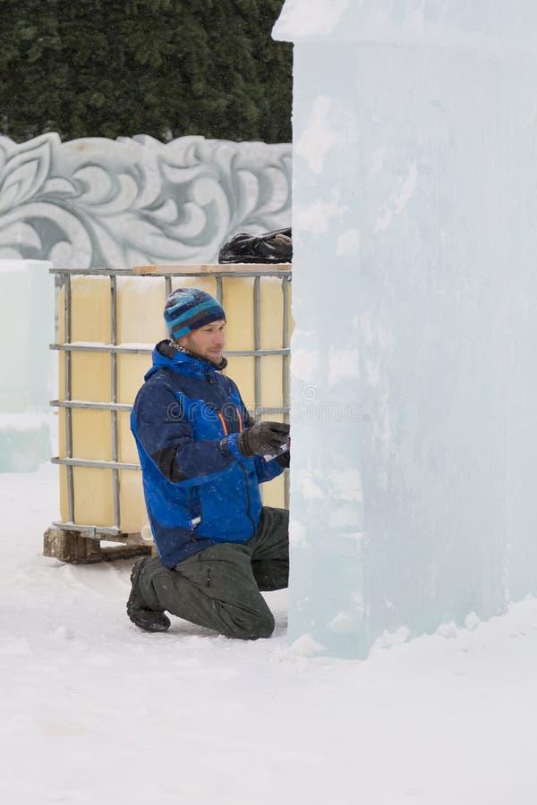 Der Künstler zeichnet auf den Eisblock stockbild
