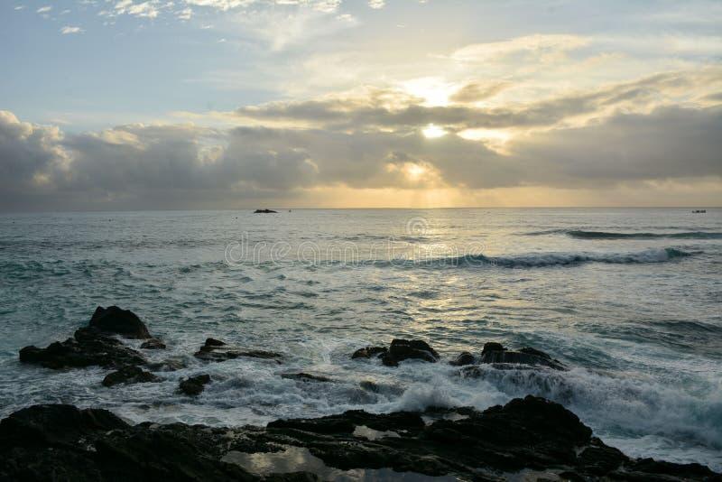 Der Küstensonnenaufgang stockfotos