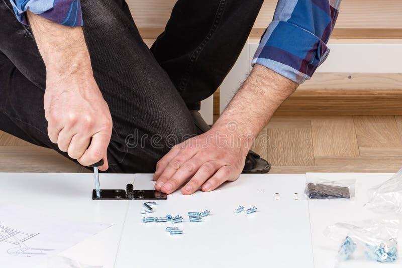 Der K?ufer sammelt bereit-zu-zusammenbauen Klapptisch Bereit-zu-bauen Sie M?bel zusammen Installation von Hauptmöbeln lizenzfreies stockbild