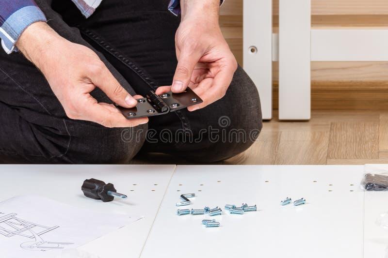 Der K?ufer sammelt bereit-zu-zusammenbauen Klapptisch Bereit-zu-bauen Sie M?bel zusammen Installation von Hauptmöbeln lizenzfreie stockfotos